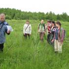 wykonywanie zdjęć fitosocjologicznych na torfowisku - fot. M. Galus