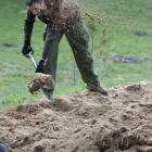 zakopywanie dołów po nielegalnym wydobyciu żwiru (fot. M. Załuska)